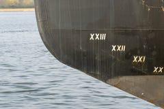 Skrov av ett skepp med markeringen av vattenlinjen royaltyfri fotografi