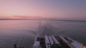 Skrov England - Maj 04 2018: Färjan som lämnar skrovhamnen till Rotterdam stock video