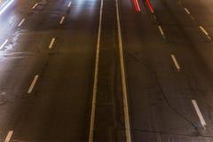 skrovlighet sikt av huvudvägen över synlig textur av asfalt- och vägteckning royaltyfri foto