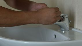 Skrupulatnie mężczyzna obcierania klepnięcie z pieluchą, kochanek czystość, strach zarazki zdjęcie wideo