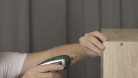 Skruva av den övre handsnickaren för slutet skruven av den elektriska skruvmejseln som arbetar i seminariet som arbetar i seminar stock video