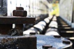 Skruva rostig järnbakgrund med bron för två rör Arkivfoton