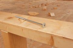 Skruvar och spikar för att bygga ett trähus Sammanfogande trästrålar Byggnationer Arkivfoton