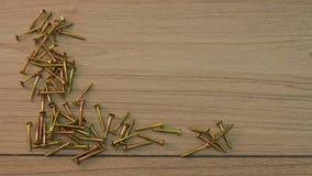 Skruvar på träbräde Arkivfoto