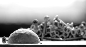 Skruvar uppe på en metallbro i middagsolen arkivfoto