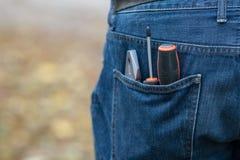 Skruvmejslar i facket av jeans Royaltyfri Foto