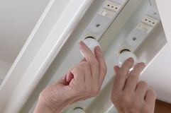 Skruvning i en Lightbulb Royaltyfri Fotografi