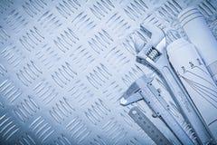 Skruvnyckel för apa för klämma för nonieskala för teknikteckningar på kanaliserat fotografering för bildbyråer