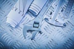 Skruvnyckel för apa för klämma för ritningnonieskalaskala på kanaliserat mött arkivbilder