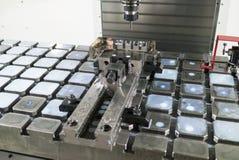 Skruvstäd med att bearbeta med maskin stycket på tabellen av malningmitten Arkivfoton