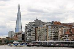 Skärvaskyskrapa- och flodThemsen i London Royaltyfri Foto
