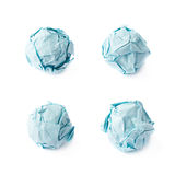 Skrynkla den isolerade pappersbollen royaltyfria foton