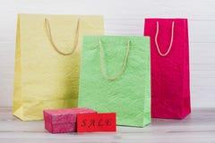 Skrynkla pappers- färgrika shoppa påsar royaltyfria foton
