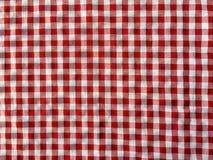 Skrynkla textur av en röd och vit rutig picknickfilt arkivfoton
