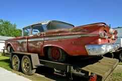 Skrynklig gammal Edsel bil Arkivbild