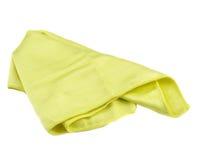Skrynklig gul microfibertorkduk på vit bakgrund Arkivbild