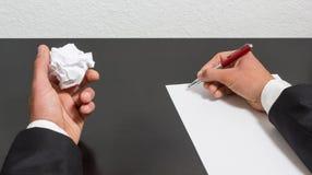 skrynklig paper penna för händer Royaltyfria Foton