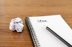 Skrynklig papper och blyertspenna med anteckningsboken Royaltyfri Bild
