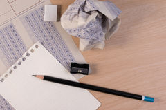 Skrynklig pappers- boll av det klassiska svarsarket för tappning med blyertspenna-, vässare- och pappersförminskning Fotografering för Bildbyråer