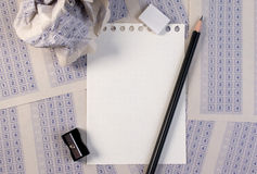 Skrynklig pappers- boll av det klassiska svarsarket för tappning med blyertspenna-, vässare- och pappersförminskning Arkivbilder