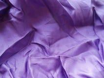 Skrynklig purpurfärgad satängtorkduk Royaltyfri Foto