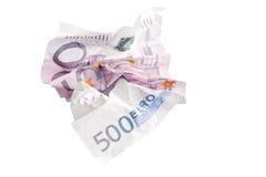 Skrynklig sedel av 500 euro som isoleras på vit Arkivfoton