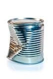 Skrynklig tenn- can för metall på vit bakgrund royaltyfria bilder