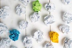 Skrynkliga pappers- symbolisera olika lösningar arkivbilder