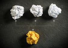 skrynkliga pappers- symbolisera olika lösningar med ett anseende ut royaltyfri bild