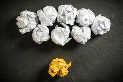 skrynkliga pappers- symbolisera olika lösningar med ett anseende ut fotografering för bildbyråer