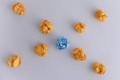 Skrynkliga pappersbollar på en grå bakgrund Royaltyfri Bild