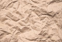 Skrynkligt brunt papper har en grov yttersida och royaltyfria bilder