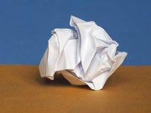 Skrynkligt papper över bruntblåttbakgrund med kopieringsutrymme Arkivbilder