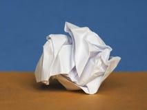 Skrynkligt papper över bruntblåttbakgrund med kopieringsutrymme Royaltyfri Bild