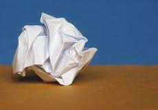 Skrynkligt papper över bruntblåttbakgrund med kopieringsutrymme Arkivbild