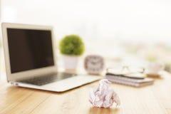 Skrynkligt papper på kontorsskrivbordet royaltyfria foton