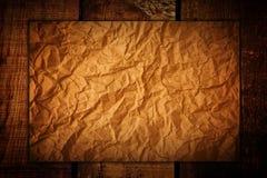 Skrynkligt papper på trä Arkivbilder