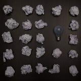 Skrynkligt pappersbollar och tomt ark av papper med blyertspennan på svart bakgrund Pappers- bunt blank kreativitet skrynkliga pa Royaltyfri Fotografi