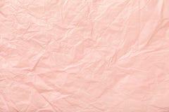 Skrynkligt rosa inpackningspapper, closrup royaltyfri bild