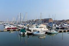Skryta och seglar Weymouth den norr kajmarina Dorset UK med fartyg och yachter på en lugna sommardag Royaltyfria Bilder