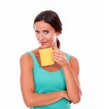 Skryta uśmiechnięta brunetka z kawowym kubkiem Fotografia Royalty Free