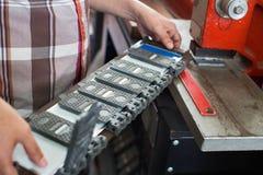 Skrzętny starszy mężczyzna robi pojazd liczbom na maszynie Obrazy Royalty Free