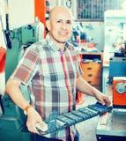 Skrzętny starszy mężczyzna robi pojazd liczbom na maszynie Fotografia Royalty Free