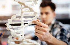 Skrzętny studencki uczy się DNA model Zdjęcie Stock