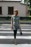 skrzyżowanie ładnej dziewczyny ulicy Zdjęcia Stock