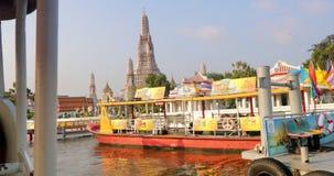 Skrzyżowanie Chao Phraya rzeki ferryboat Wat Arun w Bangkok, Tajlandia zdjęcie wideo