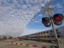 skrzyżowanie dojeżdżającego pociągu zdjęcia royalty free