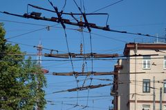 Skrzyżowanie kilka tramwaju i trolleybus druty rozdroże zdjęcia stock