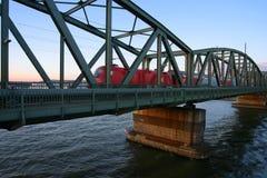 skrzyżowanie na most nad rzeką pociągami. Zdjęcia Stock