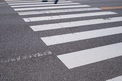 skrzyżowanie ocechowania pieszy drogi Białe linie na zmroku a Fotografia Royalty Free